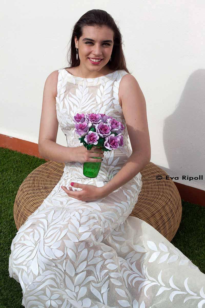 Vestido de novia con más de 80 vasos de usar y tirar