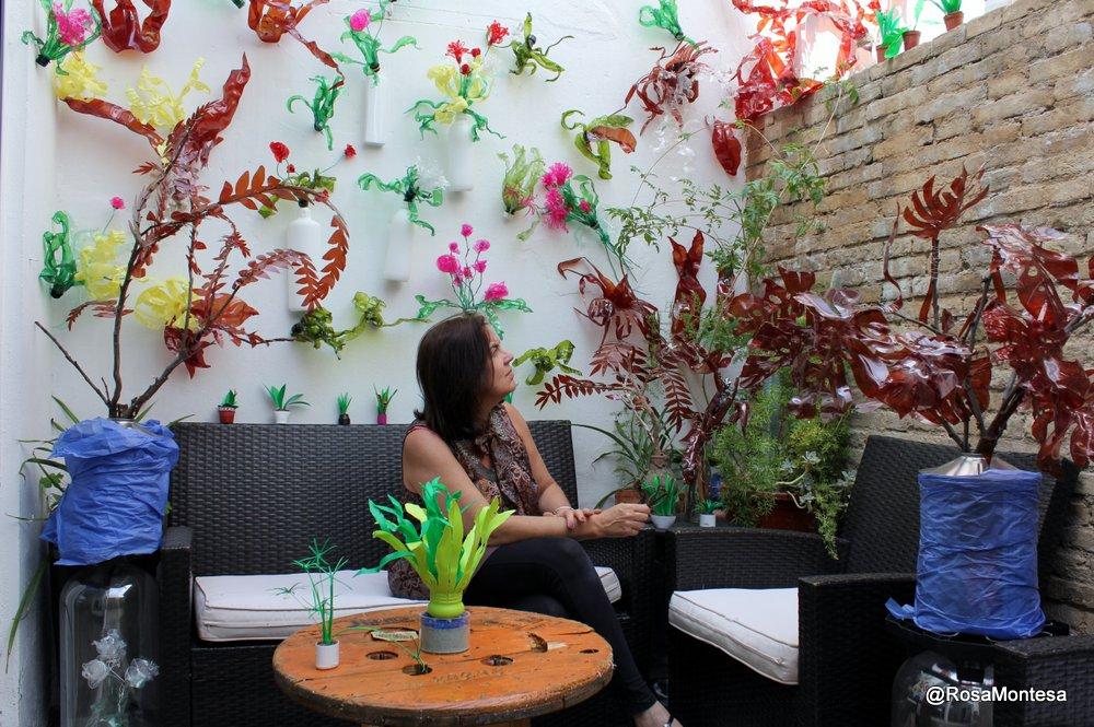 Patio de Coworking Valencia con plantas realizadas a partir de envases y botellas de plástico recicladas