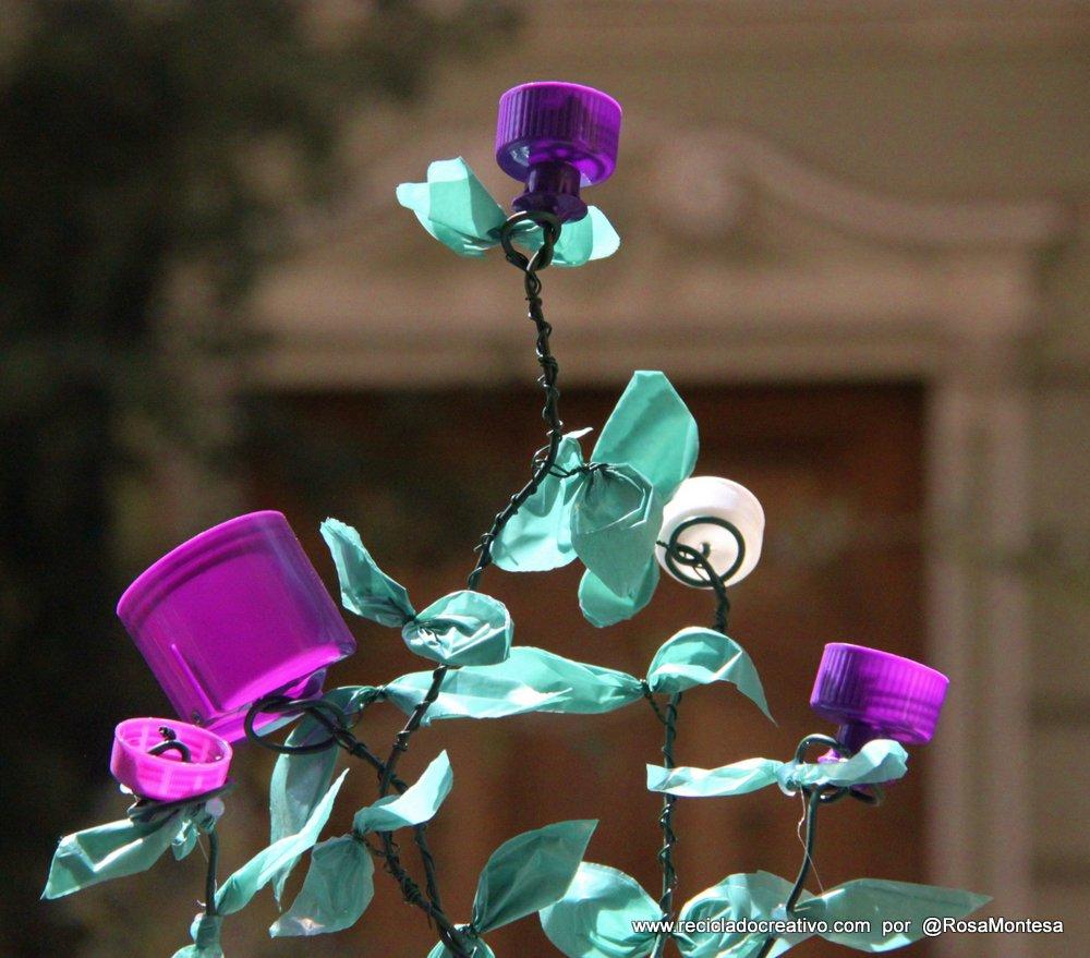 Flores con tapones de botellas de plástico por Rosa Montesa