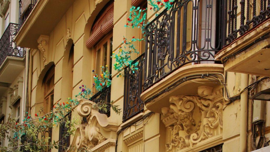 Intervención en balcones de fachada modernista en Valencia