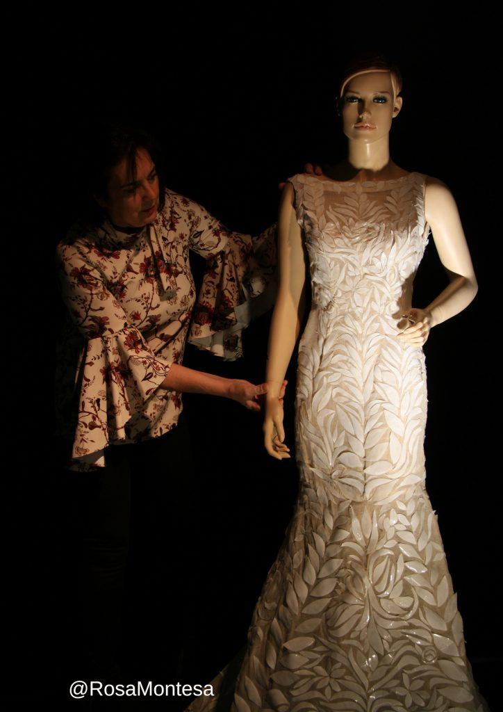 Vestido de novia con vasos de plástico de un solo uso.