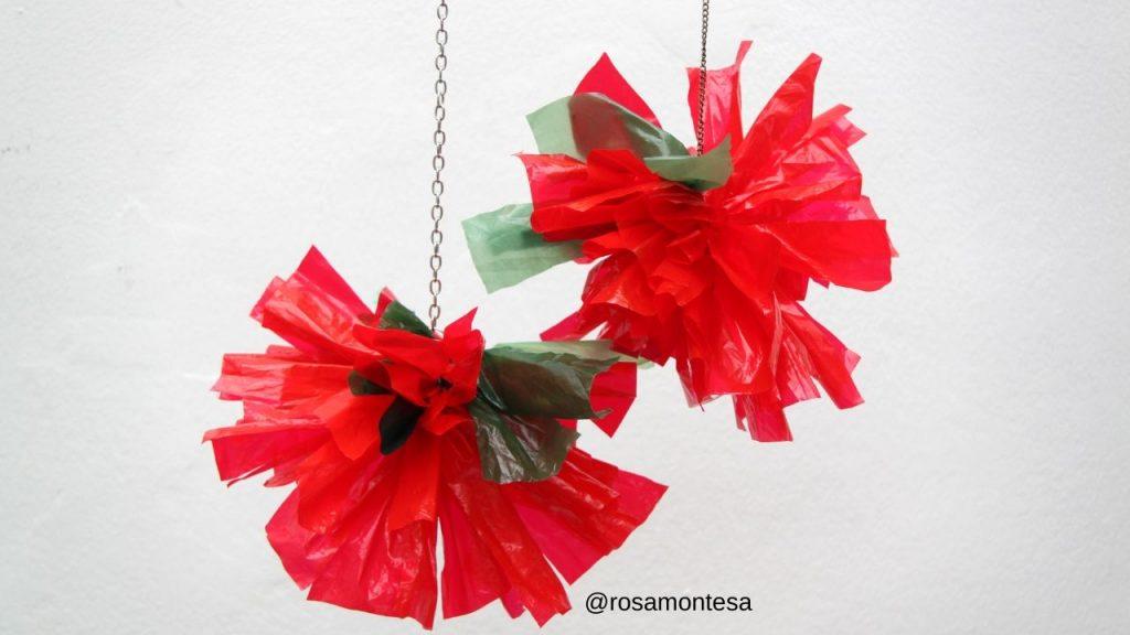 Flores rojas de Navidad con bolsas de plástico